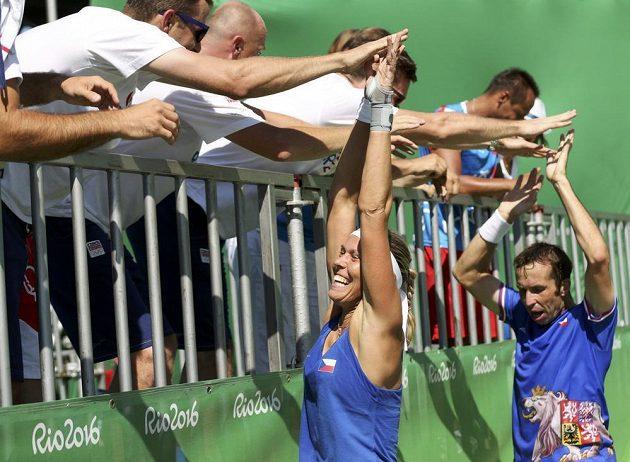 Radost s fanoušky. Lucie Hradecká a Radek Štěpánek slaví s diváky bronzovou medaili z Ria, vyhráli zápas o třetí místo.