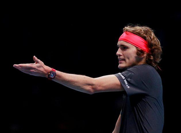 Německý tenista Alexander Zverev semifinále Turnaje mistrů proti Rogeru Federerovi hodně prožíval.