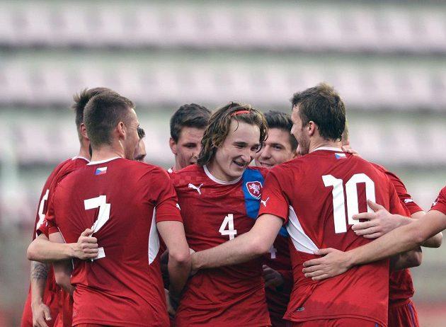 Český obránce Matěj Hanousek (uprostřed) se raduje se spoluhráči z gólu do norské sítě.