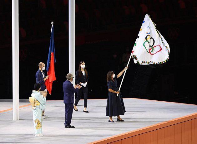 Starostka Paříže Anne Hidalgo s olympijskou vlajkou.