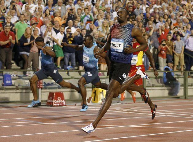 Usain Bolt probíhá jako vítěz cílem závodu na 100 metrů ve finále Diamantové ligy v Bruselu.
