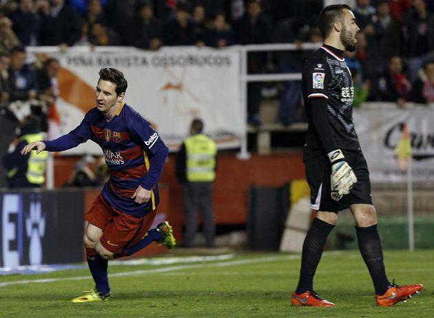Lionel Messi (vlevo) z Barcelony slaví gól v síti Vallecana. Vpravo je brankář Raya Juan Carlos Martín.