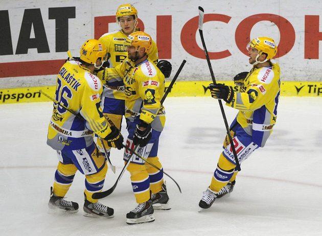 Hokejisté Zlína se radují z gólu proti Plzni.
