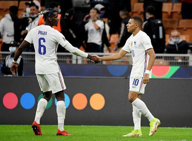 Francie vyhrála Ligu národů. Střelec vítězného gólu Kylian Mbappé přijímá gratulaci od spoluhráče Paula Pogby.