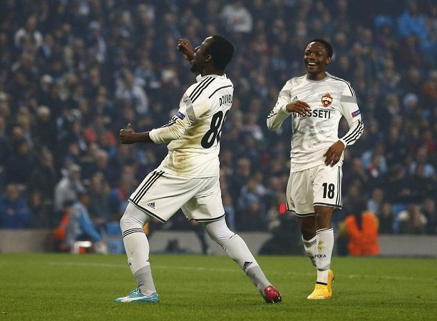 Fotbalista CSKA Seydou Doumbia (vlevo) se raduje z gólu proti Manchesteru City. S gratulací k němu běží spoluhráč Ahmed Musa.