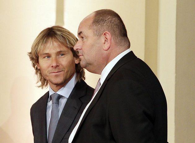 Nový člen Síně slávy Pavel Nedvěd (vlevo) a prezident FAČR Miroslav Pelta.