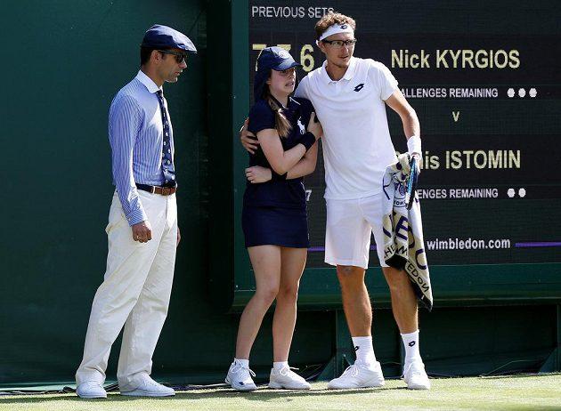Denis Istomin konejší mladou sběračku míčků, kterou bolestivě zasáhl servisem do paže australský tenista Nick Kyrgios.