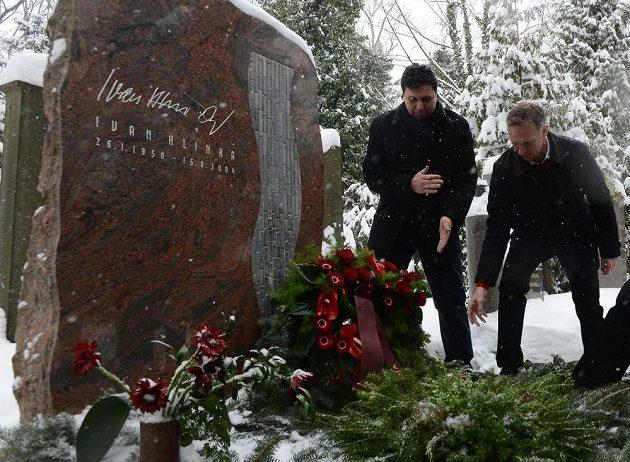 Olympijští vítězové z Nagana položili v rámci oslav triumfu věnce a květiny u hrobu trenéra Ivana Hlinky na pražských Olšanech. Vlevo Vladimír Růžička, vpravo Dominik Hašek.