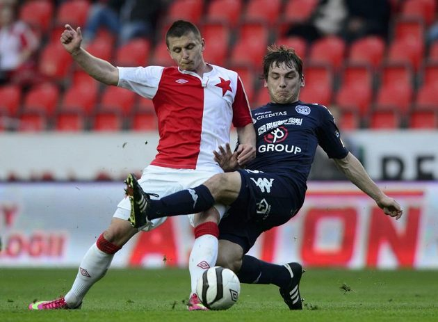 Obránce Slavie Matúš Čonka (vlevo) a útočník Slovácka Roman Haša bojují o míč.