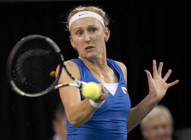 Česká tenistka Tereza Smitková při fedcupovém utkání s Kanaďankou Dabrowskou.