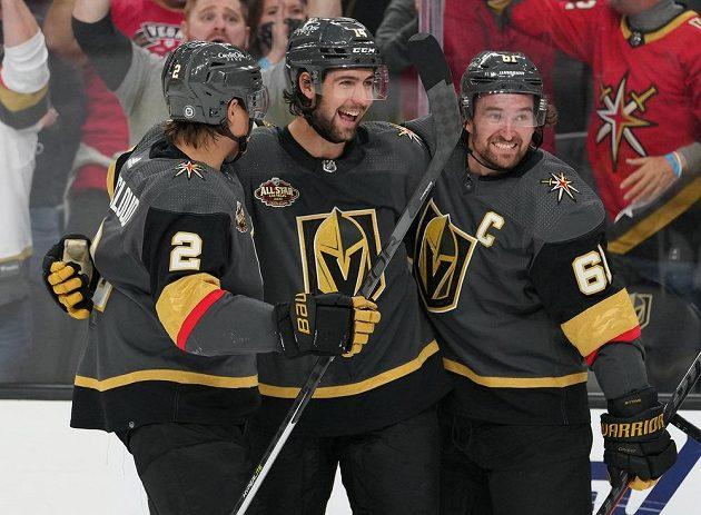 Radost hokejistů Vegas Golden Knights v utkání NHL. Gól slaví Nicolas Hague (14), Zach Whitecloud (2) a Mark Stone (61)-