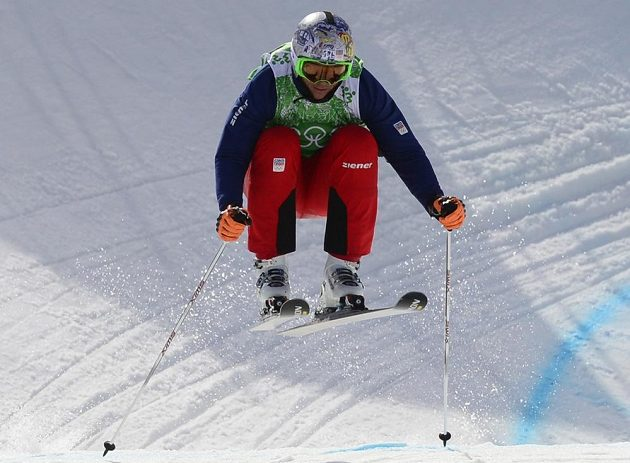 Český skikrosař Tomáš Kraus v osmifinálové rozjížďce.