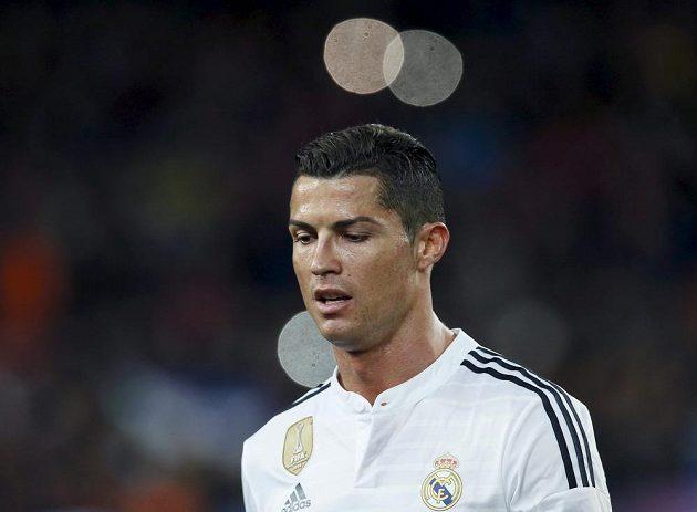 Zklamaná hvězda Realu Madrid Cristiano Ronaldo po porážce v El Clásiku opouští barcelonský stadión Camp Nou.