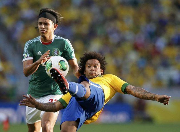 Souboj Brazilce Marcela (vpravo) s Gerardem Floresem z Mexika na Poháru FIFA na Estadio Castelao ve Fortaleze.