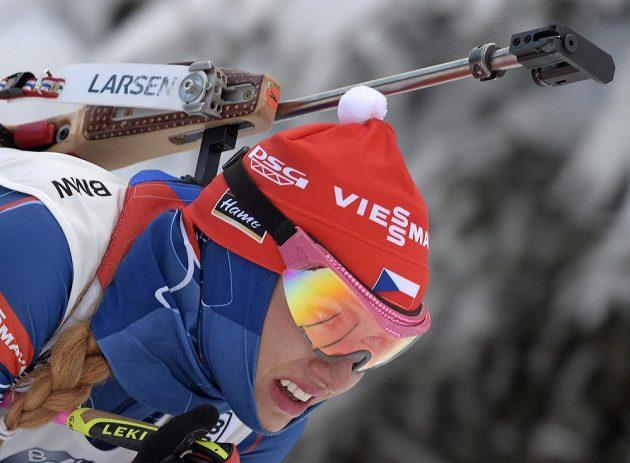 Gabriela Koukalová na trati sprintu v závodu Světového poháru v německém Oberhofu.