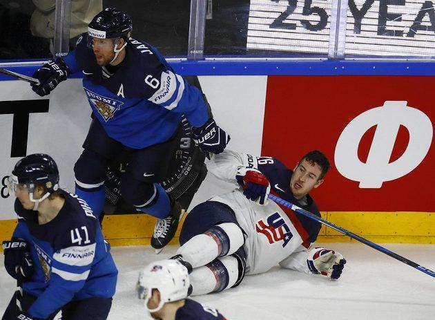 Američan Kevin Hayes je na ledě a bez přilby poté, co jej atakoval Fin Topi Jaakola během čtvrtfinále mistrovství světa.