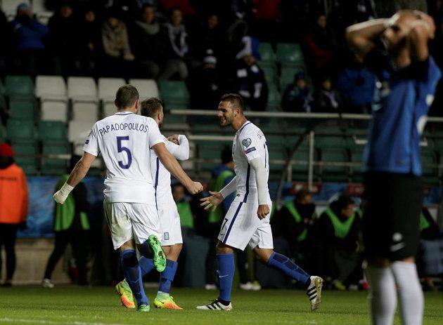 Fotbalisté Řecka slaví gól proti Estonsku v kvalifikaci MS.