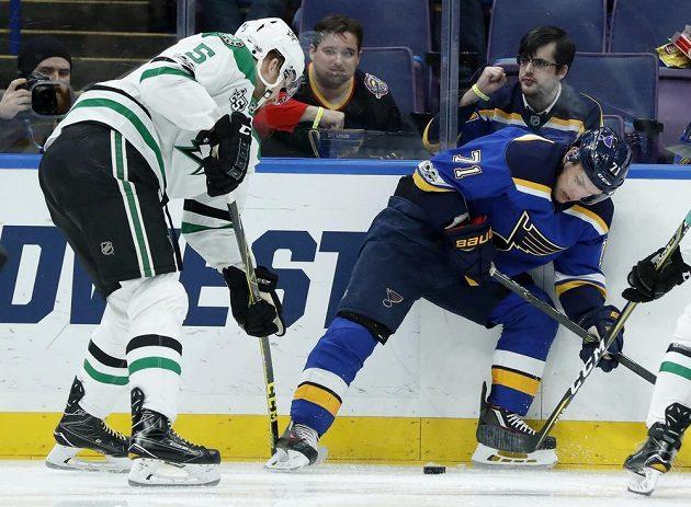 Jamie Oleksiak z týmu Dallas Stars se chystá atakovat Vladimíra Sobotku ze St. Louis v utkání NHL.