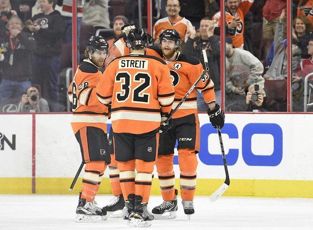 Jakub Voráček (zcela vpravo) slaví se spoluhráči z Philadelphie svoji trefu do sítě Pittsburghu.