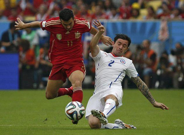 Španělský útočník Pedro Rodríguez (vlevo) v souboji s Eugeniem Menou z Chile.