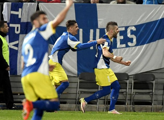 Fotbalisté Kosova slaví vyrovnávací branku na 1:1 ve Finsku.