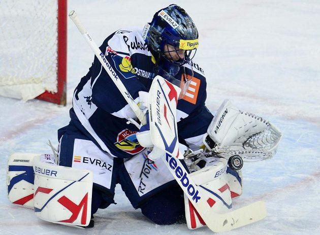 Brankář Vítkovic Roman Málek si připisuje úspěšný zásah na ledě Sparty.