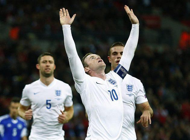 Angličan Wayne Rooney se raduje po brance, kterou vstřelil San Marinu z pokutového kopu.