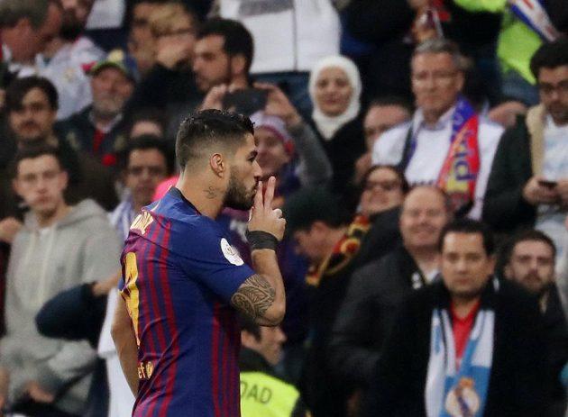 Gesto barcelonského Luise Suáreze směrem k fanouškům Realu Madrid. Útočník vstřelil v odvetě Španělského poháru dvě branky a Katalánci slaví postup.