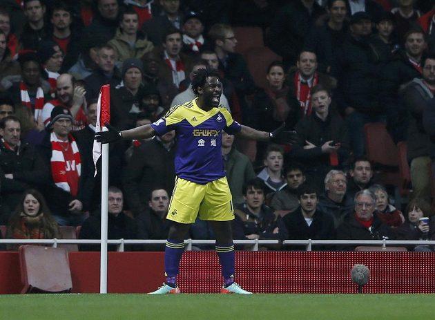 Wilfried Bony ze Swansea oslavuje svůj gól proti Arsenalu.