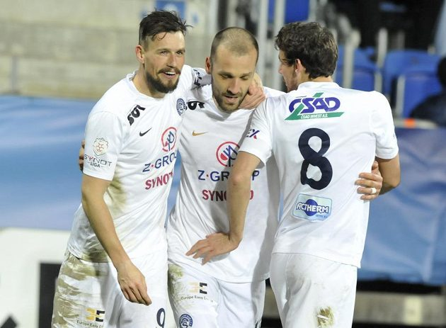 Fotbalisté Slovácka, zleva Jaroslav Diviš, Martin Kuncl a Filip Hlúpik, se radují z gólu.