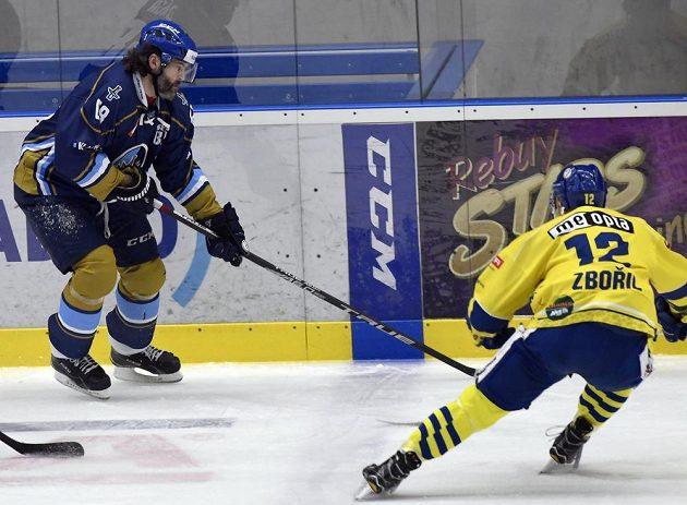Utkání čtvrtfinále play off první hokejové ligy. Zleva Jaromír Jágr z Kladna a Mikuláš Zbořil z Přerova.