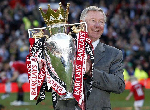 Alex Ferguson s trofejí pro vítěze anglické Premier League.