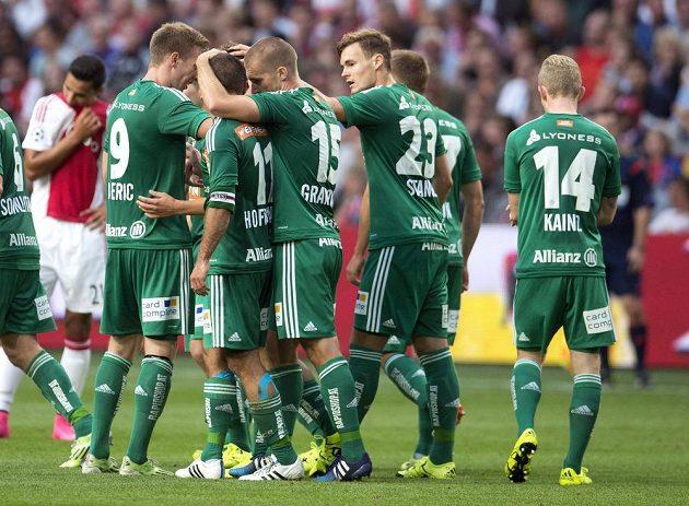 Fotbalisté Rapidu Vídeň slaví gól na hřišti Ajaxu.