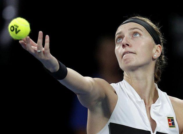 Petra Kvitová podává v první sadě finále Australian Open.