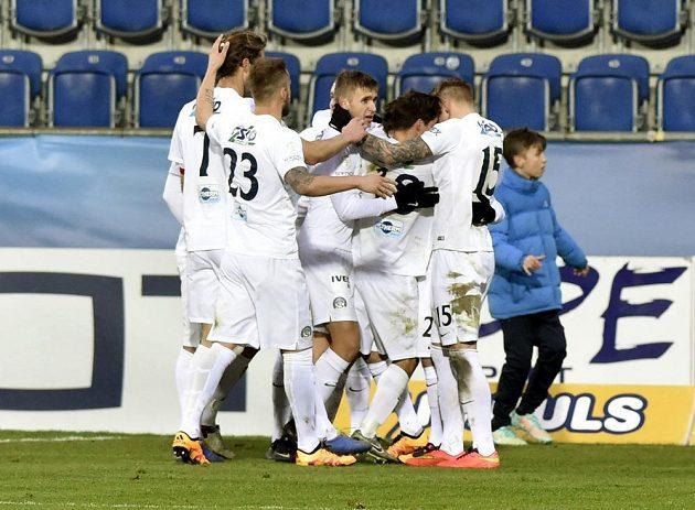 Hráči Slovácka se radují z gólu proti Brnu.