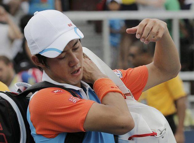 Zklamaný japonský tenista Kei Nišikori po porážce s Danielem Evansem.
