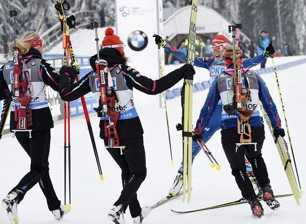 Obrovská radost českých biatlonistek poté, co Veronika Vítková (druhá zprava) dovezla v Oberhofu štafetu k prvnímu vítězství po více než 17 letech.