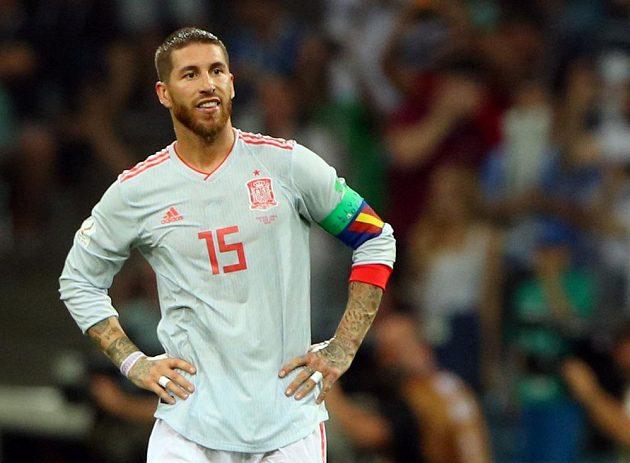Španělský kapitán Sergio Ramos nevěřícně zírá, když rána Portugalce Cristiana Ronalda skončila v síti.
