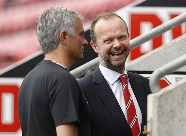 Kouč Manchesteru United José Mourinho (vlevo) a jeden z klubových šéfů Ed Woodward.