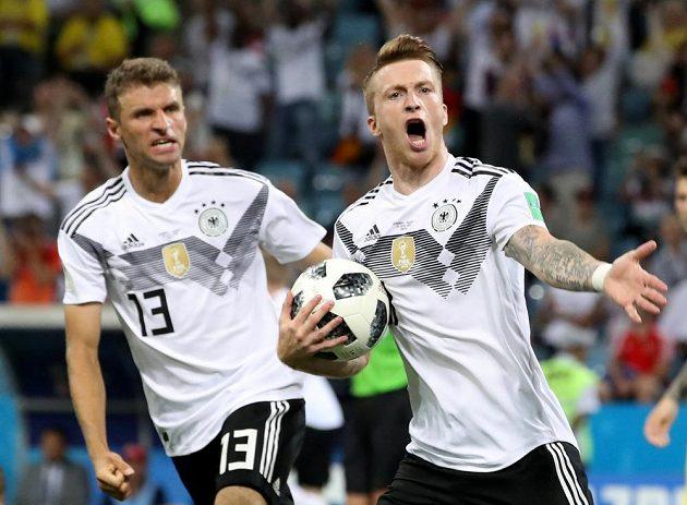 Němečtí fotbalisté Marco Reus (vpravo) a Thomas Müller oslavují vyrovnávací gól proti Švédsku.