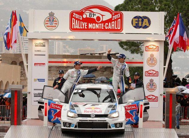 Sébastien Ogier (vpravo) s Volkswagenem Polo WRC na loňské Rallye Monte Carlo, kde načal cestu k prvnímu titulu kariéry.