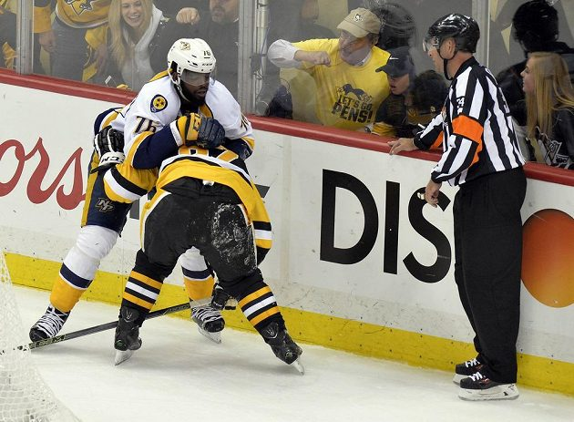 Sidney Crosby z Pittsburghu v potyčce s P.K. Subbanem (v bílém) z Nashvillu.