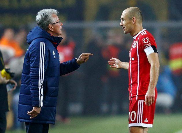 Trenér Bayernu Mnichov Jupp Heynckes diskutuje s Arjenem Robbenem během utkání v Dortmundu. Bayern ve šlágru bundesligy vyhrál 3:1.
