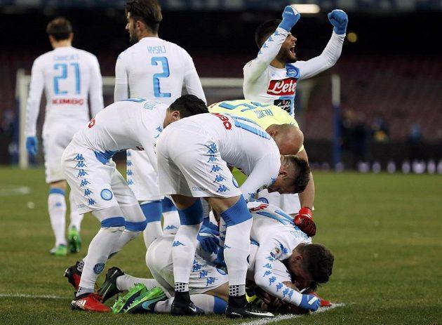 Fotbalisté Neapole slaví vítězný gól proti Sampdorii Janov v zápase 19. kola italské ligy.
