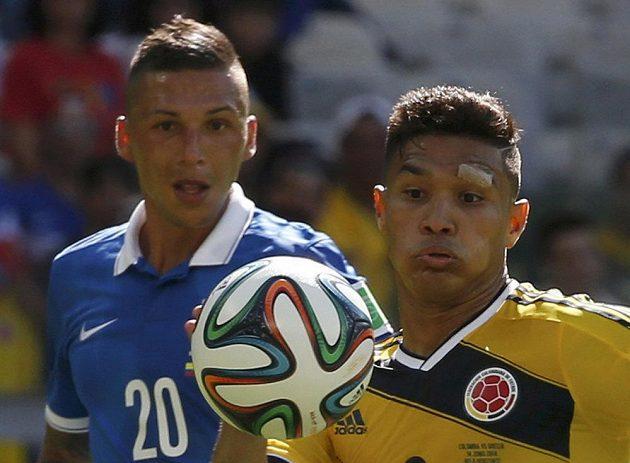 Řek Jose Holebas (vlevo) a Kolumbijec Teofilo Gutierrez.