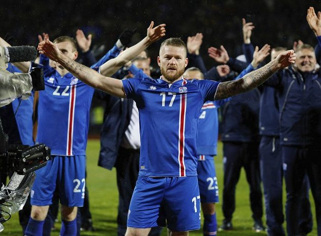 A jsme tam! Kapitán Islanďanů Aron Gunnarsson a spol. slaví postup na MS...