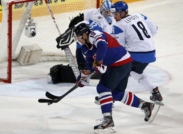 Michel Miklík (vlevo) ze Slovenska se snaží překonat obránce Samiho Lepista (18) a brankáře Anttiho Raantu.