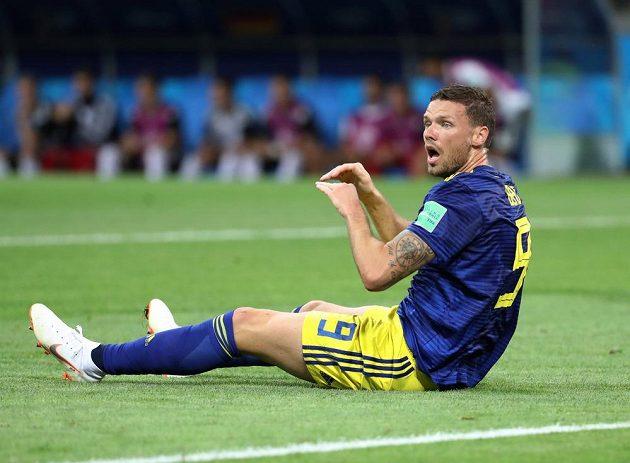 Udivený švédský útočník Marcus Berg po Boatengově zákroku. Penalta nebude?