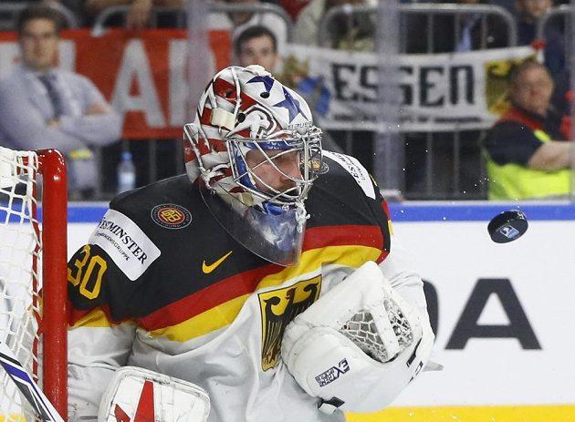 Německý brankář Philipp Grubauer v akci během čtvrtfinále mistrovství světa.
