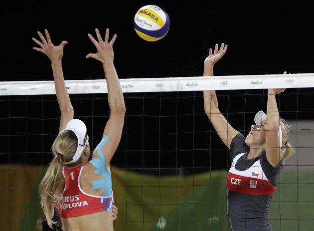 Markéta Sluková (vpravo) a Ruska Jekatěrina Birlovová v zápase předkola play off.
